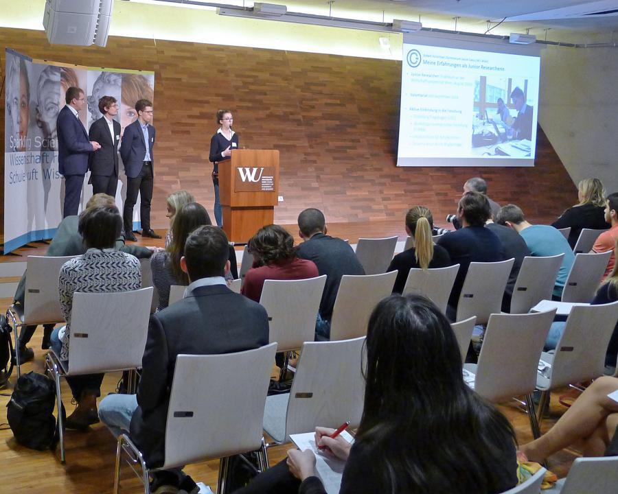 Präsentation des Projekts (am Rednerpult: Babett Kürschner)